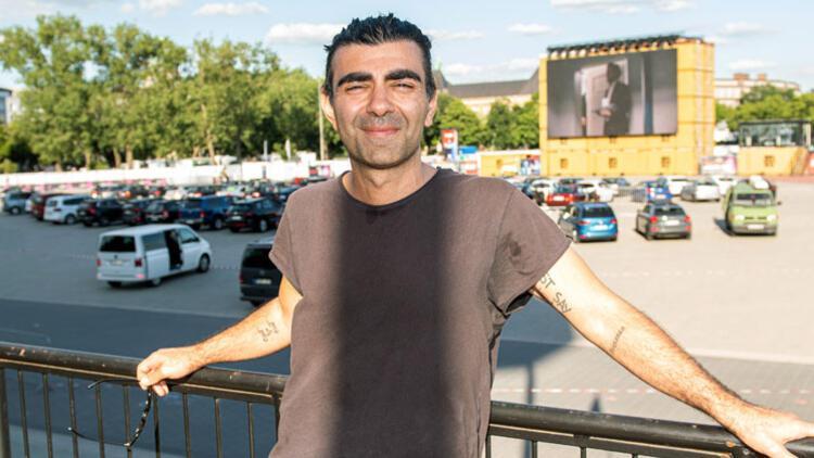 Fatih Akın açık hava filmlerinin tadını çıkarıyor