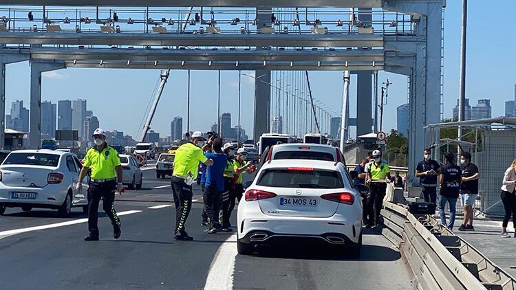 15 Temmuz Şehitler Köprüsünde trafik polislerinden hediyeli bilgilendirme