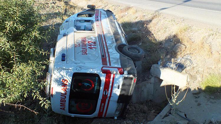 Yozgat'ta ambulans takla attı: 3 yaralı