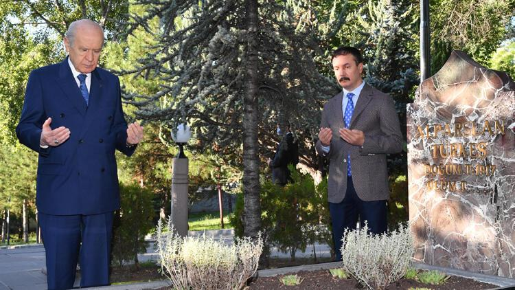 Bahçeli, Türkeş'in mezarını ziyaret etti - Son Dakika Haber