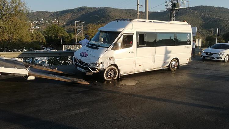 Muğlada otomobil ile minibüs çarpıştı: 5 yaralı