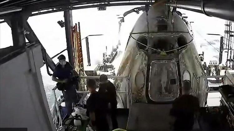 Astronotları taşıyan SpaceXin uzay kapsülü Dünyaya döndü