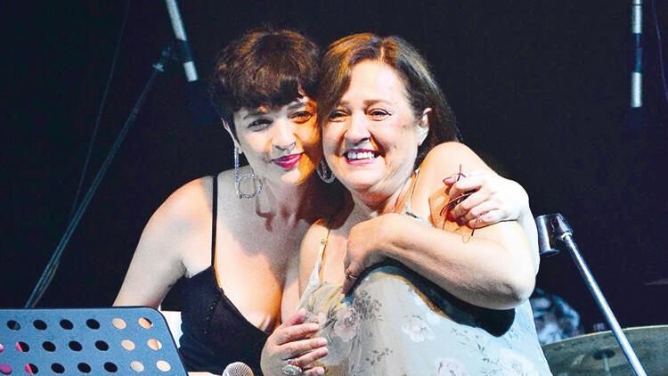 """""""Ne güzel doğurmuşsun kız beni"""" Gonca Vuslateri,annesiyle sahnede"""