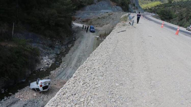 Otomobil 12 metreden alt yola düştü, sürücü yaralanmadı