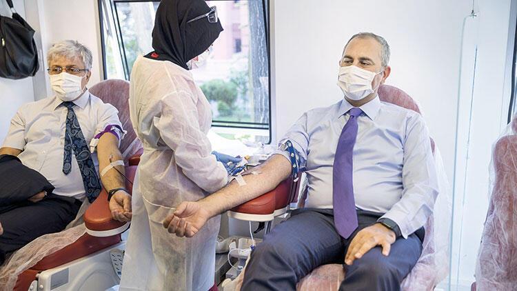 Adalet'ten Kızılay'a kan bağışı