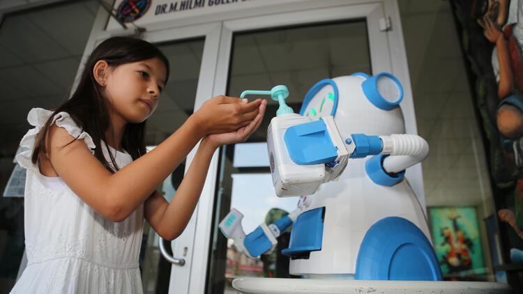 Ateş ölçüp dezenfektan sıkan, maske veren robot tasarlandı