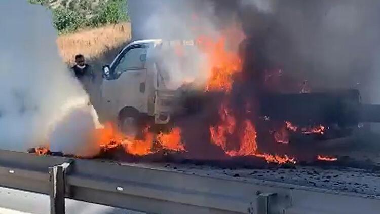 Hareket halindeyken yangın çıkan kamyonet, kullanılmaz hale geldi
