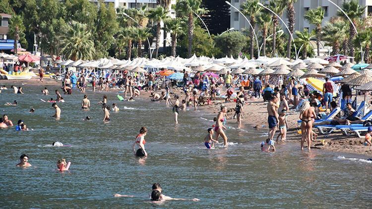 Marmaris'te sıcakta sokaklar boşaldı, plaj ve havuz başları doldu