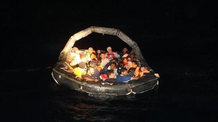 Foça'da yakalanan 125 kaçak göçmen İl Göç İdaresi'ne gönderildi