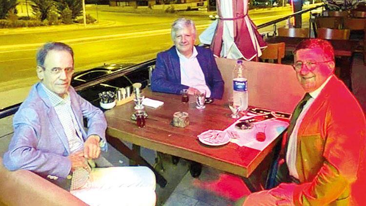 Maskesiz restoran  fotoğrafına eleştiri  üç hocayı üzdü