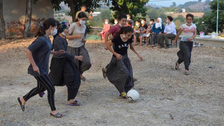 Toroslar'ın sporcu kızlarına kale, file ve futbol topu desteği