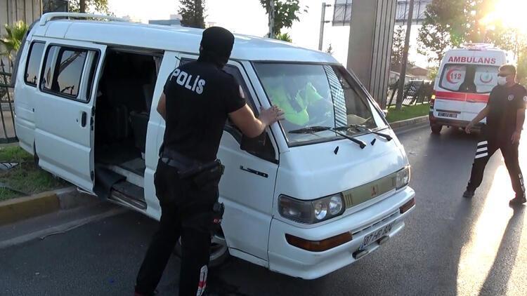 Antalya'da sürücüsünün uyuduğu iddia edilen minibüs refüje çıktı: 2 yaralı