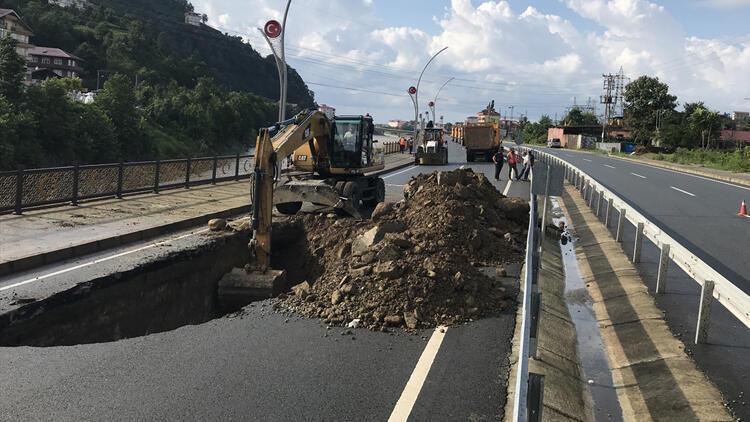 Rize'deki şiddetli yağış! Yol çöktü, 30 kişi tahliye edildi…