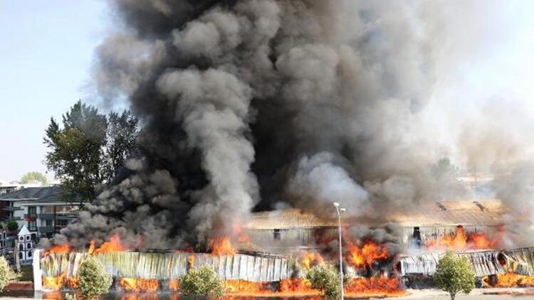 Sakarya'da market deposu yandı