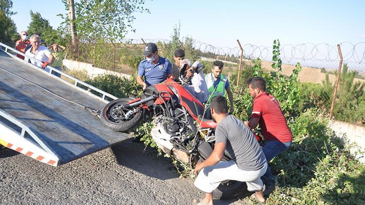 Motosikletliye çarpıp kaçan patpatın sürücüsü, mavi renkli tampon parçasından yakalandı