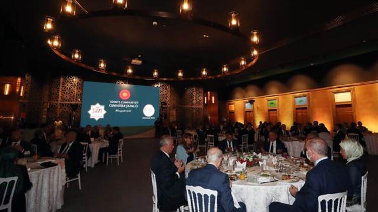Cumhurbaşkanı Erdoğan, sanatçılar ve gençlerle akşam yemeğinde bir araya geldi