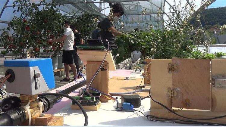 Liseli gençler robotik sistemli topraksız serada sebze meyve yetiştiriyor