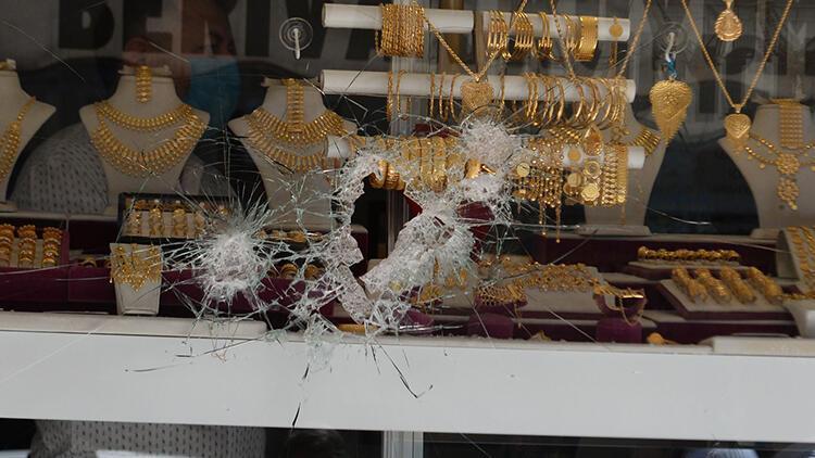 Kuyumcu, camı çekiçle kırıp soyguna kalkışan 2 kişiyi kovaladı