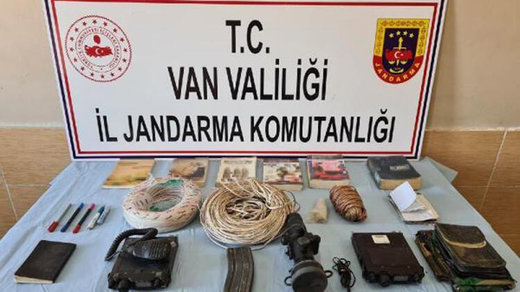 Başkale'de teröristlere ait patlayıcı ve yaşam malzemesi bulundu