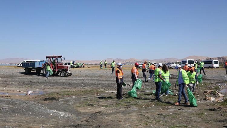 Van Gölü sahilinde 28 ton çöp toplandı