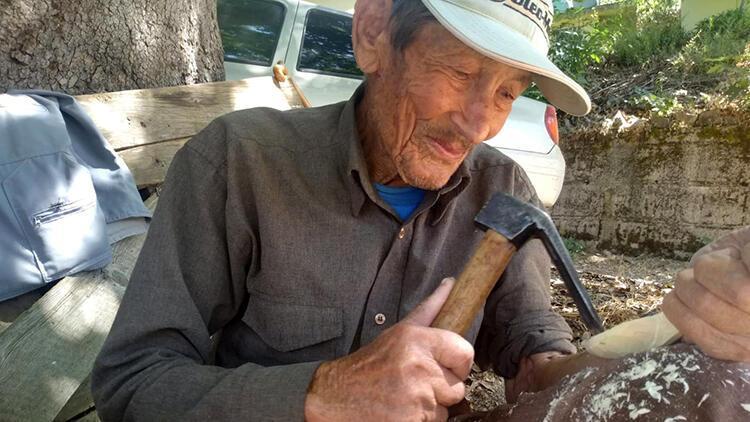 Çocukluğunda öğrendiği yöntemle 86 yaşında, ağaçtan kaşık yapıyor