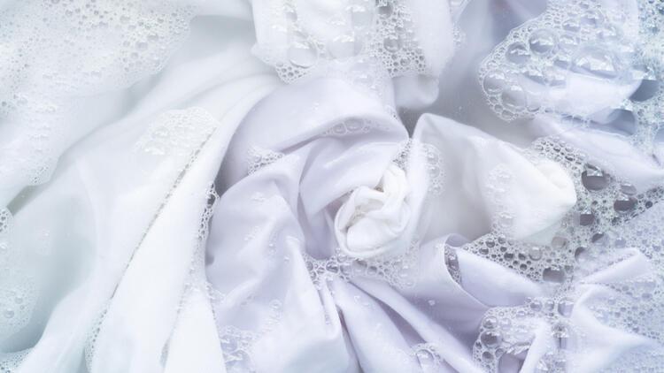 Evdeki beyaz çamaşırları kar gibi yapan pratik yöntemler