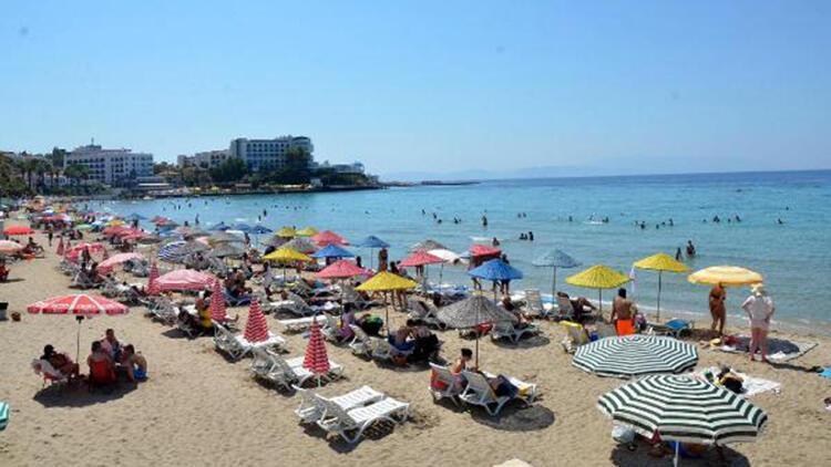 Kuşadasında sıcak havada plajlar doldu