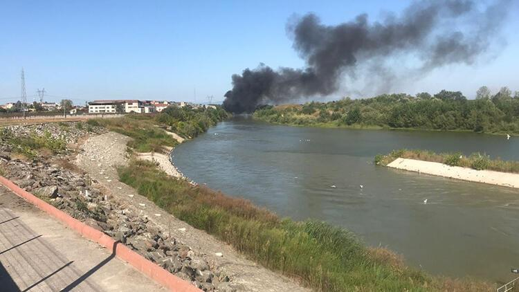 Sakarya'da çıkan çöplük yangınına müdahale ediliyor