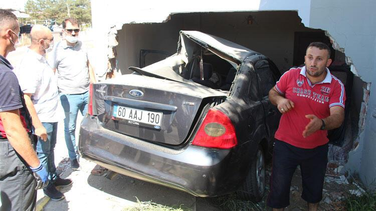 Otomobil evin yatak odasına girdi: 2 yaralı