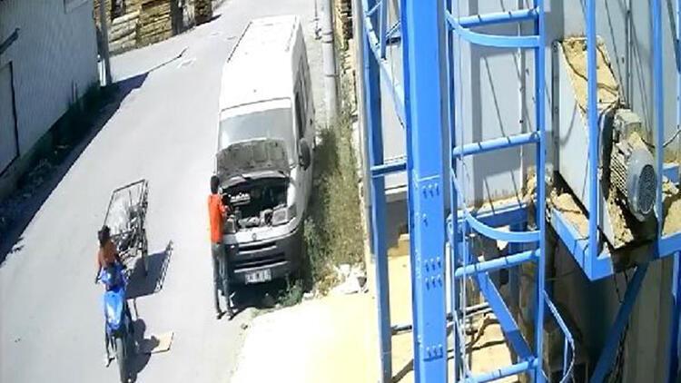 Park halindeki araçtan akü hırsızlığı güvenlik kamerasında