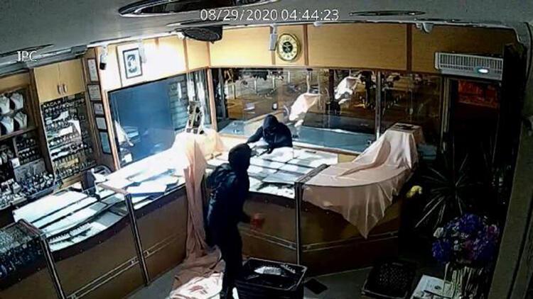 Güngören'de 3 dakikada 10 kilo altını çalan hırsızlar kamerada
