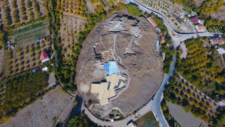 Arslantepe Höyüğü'nde cam kolye ve bilezik bulundu