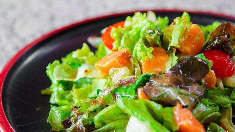 Somonlu ve renkli sebzeli makarna salatası tarifi