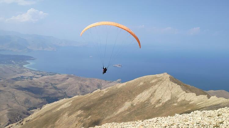 Van Gölü manzarası eşliğinde 3 bin 550 rakımlı Artos Dağı'nda yamaç paraşütü keyfi