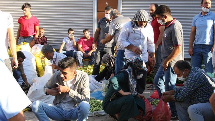 Diyarbakır'da, pazarda sosyal mesafe unutuldu