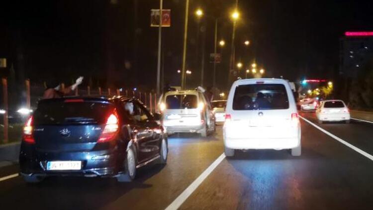 Yasak dinlemediler... Düğün konvoyu yapıp, trafiği birbirine kattılar