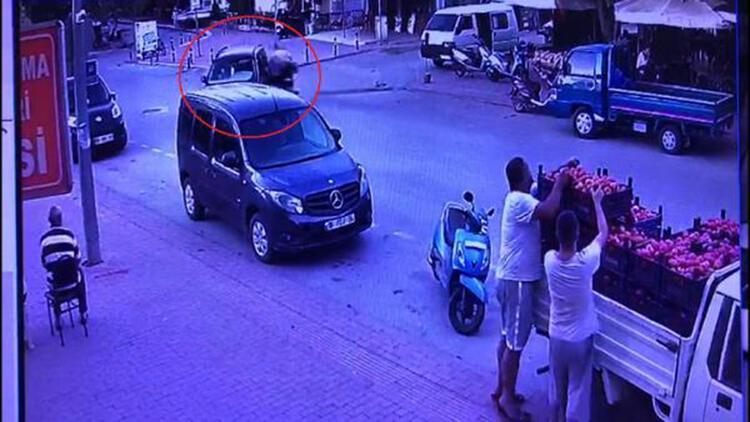 Motosikletlinin yola savrulup, yaralandığı kaza kamerada