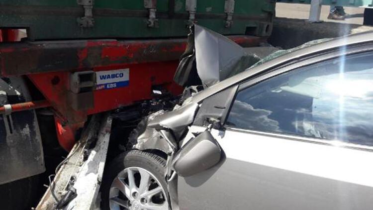Otomobil yol kenarında park halindeki TIR'a çarptı: 3 yaralı