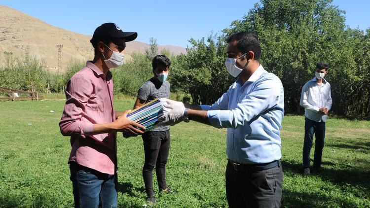 Köy köy dolaşıp evdeki öğrencilerine kitap dağıttılar