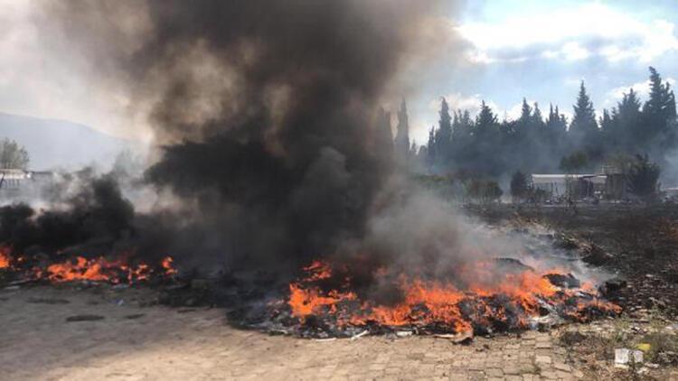 Otluk alanda çıkan yangında atıl durumdaki araç lastikleri yandı