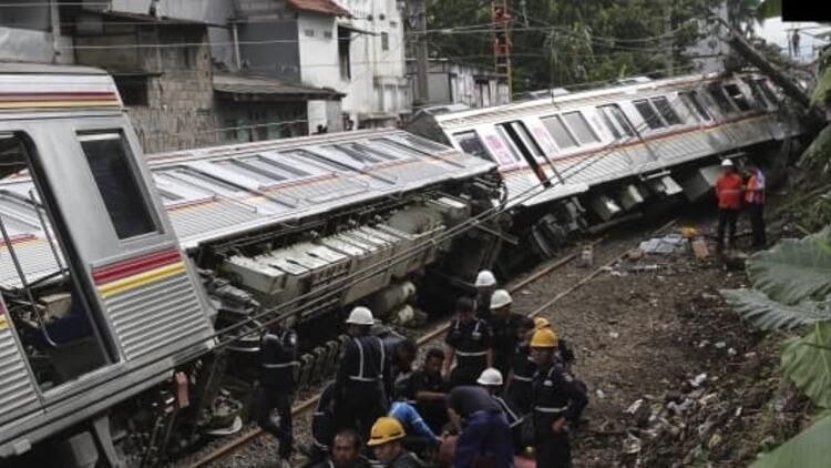Son dakika... Endonezya'da tren otomobile çarptı: 3 ölü, 4 yaralı