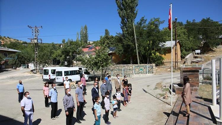 Tunceli'de, PKK'lı teröristlerin şehit ettiği 6 öğretmen anıldı