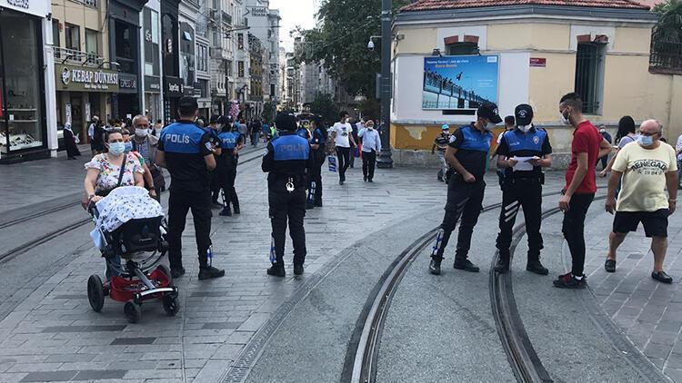Taksim'de polis maskesiz gezenleri uyardı