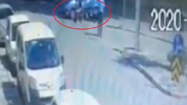 Motosikletin otomobile çarpması kamerada: 2 yaralı