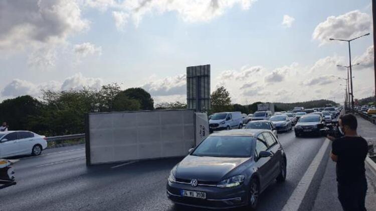Beykoz TEM'de kamyonet yan yattı... Trafik kilitlendi