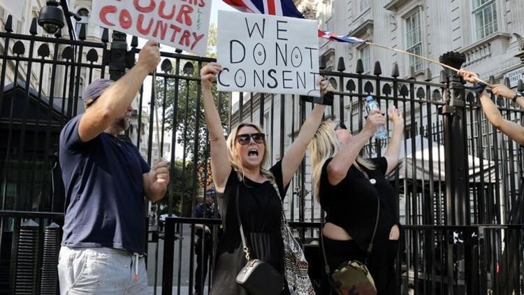 İngiltere'de Covid-19 yasağı protesto edildi