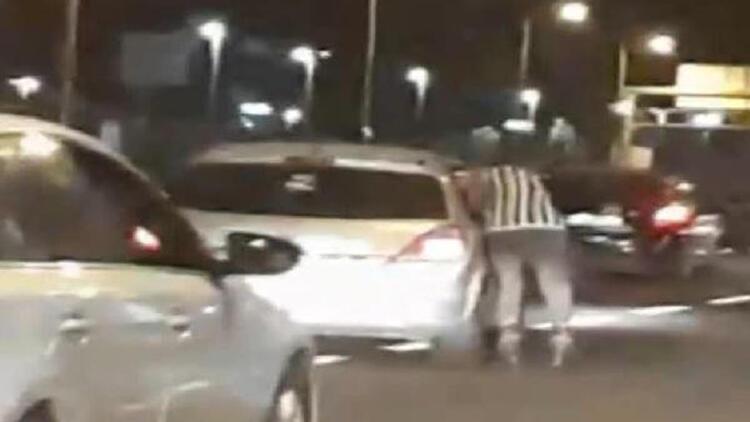 Bakırköy'de patenlinin otomobile tutunarak yaptığı tehlikeli yolculuk kamerada