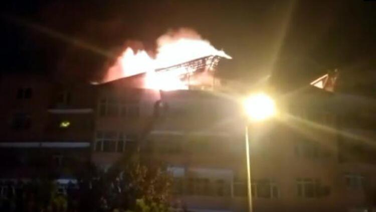 Çatı katında çıkan yangında 2 kişi itfaiye merdiveni ile kurtarıldı
