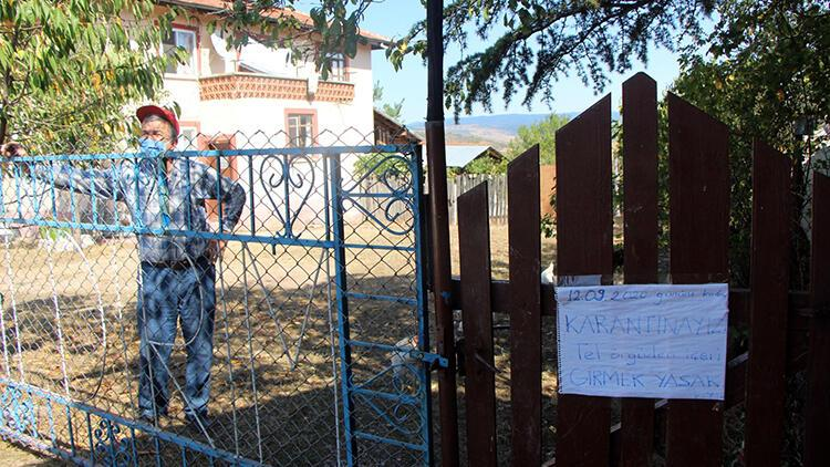 Karantinadayken evinin kapısına uyarı yazısı astı