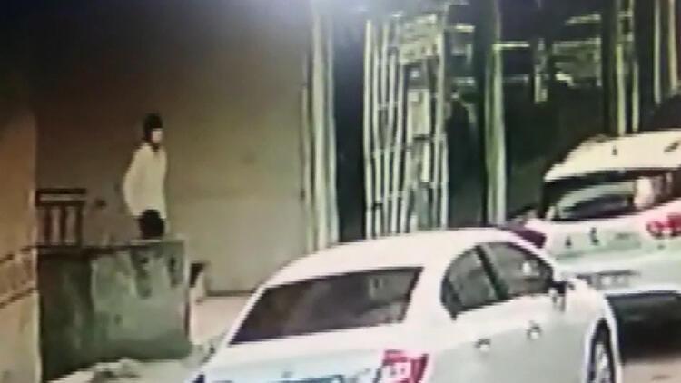 Bahçelievler'de girdikleri daireden 20 bin lira çalan hırsızlar kamerada